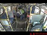 男子在公交车上突发癫痫