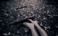 谁在黑暗中抓住了我的脚